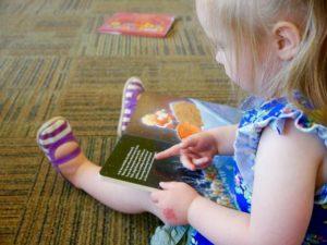 Paderek czyta dzieciom