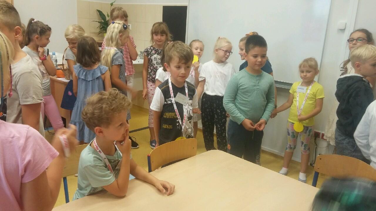 trzecioklasiści witają w szkole pierwszaków