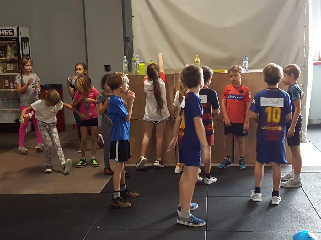 Uczniowie klasy 2b na zajęciach Crossfitu