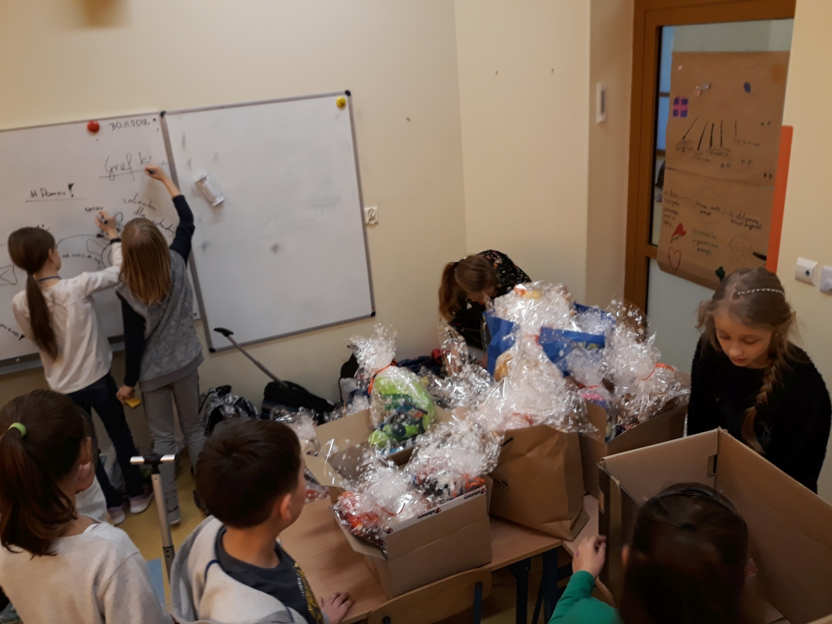 Uczniowie przygotowali 100 paczek dla potrzebujących